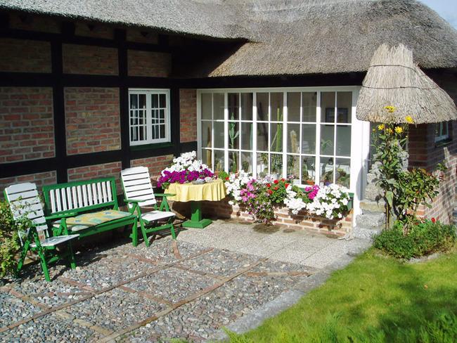Terrasse mit Sitzgelegenheiten