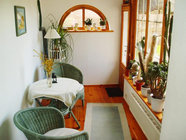 Veranda mit Tisch und Stühlen
