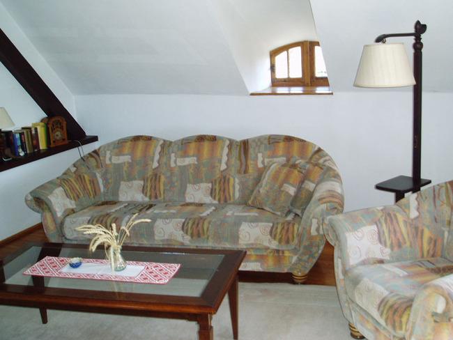 gemütliches Wohnzimmer mit Couch und Büchern
