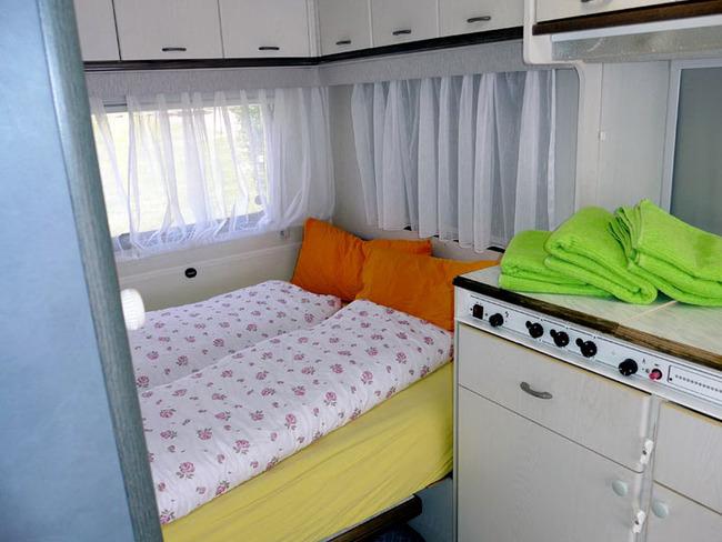 festes Doppelbett im kleinen Mietwohnwagen