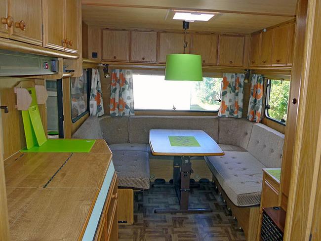 Küche mit umbaubarer Rundsitzgruppe im großen Mietwohnwagen