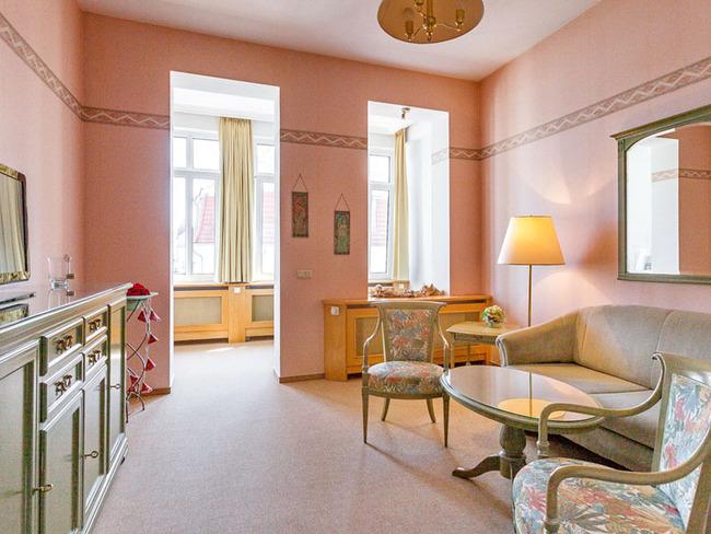 in warmen Apricot-Tönen eingerichtetes Wohnzimmer einer Suite