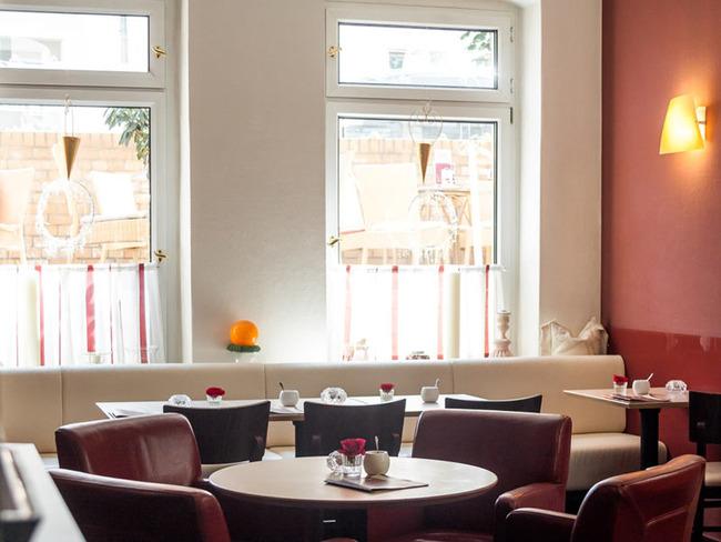 gemütlich möblierte Nische im Café mit Stühlen, Sesseln und Sitzbänken