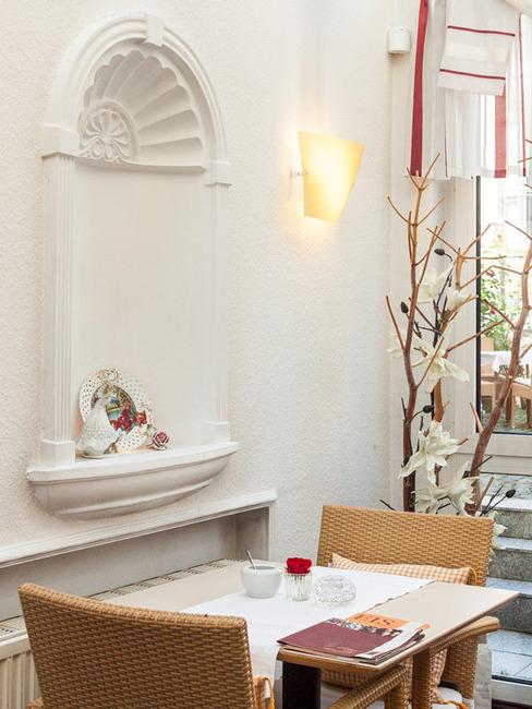 Tisch für zwei Personen im Wintergarten des Cafés