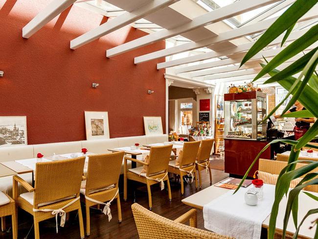 lichtdurchfluteter Wintergarten mit Kuchen, Torten, Schokolade im Conditorei-Café