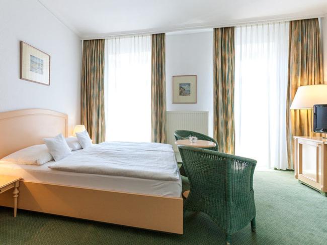 Doppelzimmer mit Bett, Sitzecke, Schreibtisch und TV