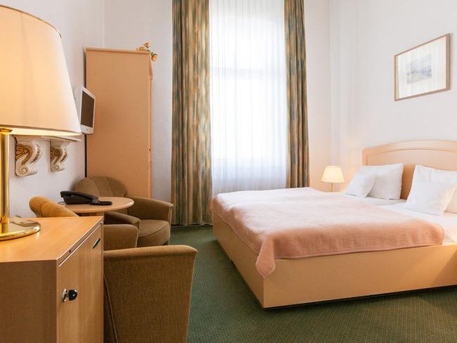 Doppelzimmer in warmen Warmen mit Bett, Sitzecke, TV und Telefon