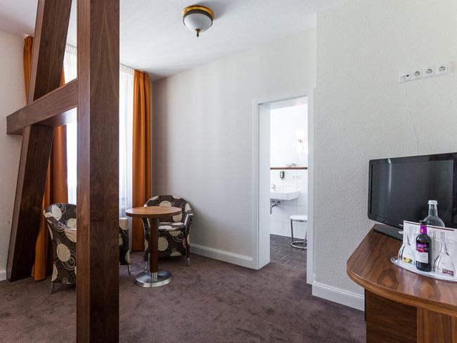 Doppelzimmer mit Fachwerk, Sitzecke, Schreibtisch, TV und Bad