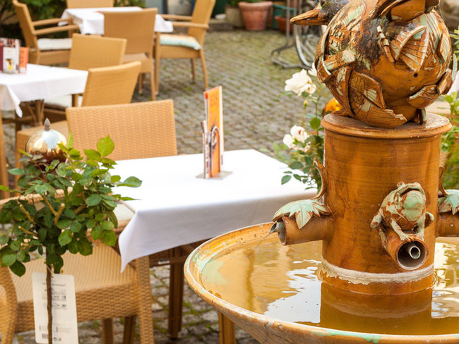 """Springbrunnen im """"Rosengarten""""-Innenhof zum gemütlichen Verweilen"""