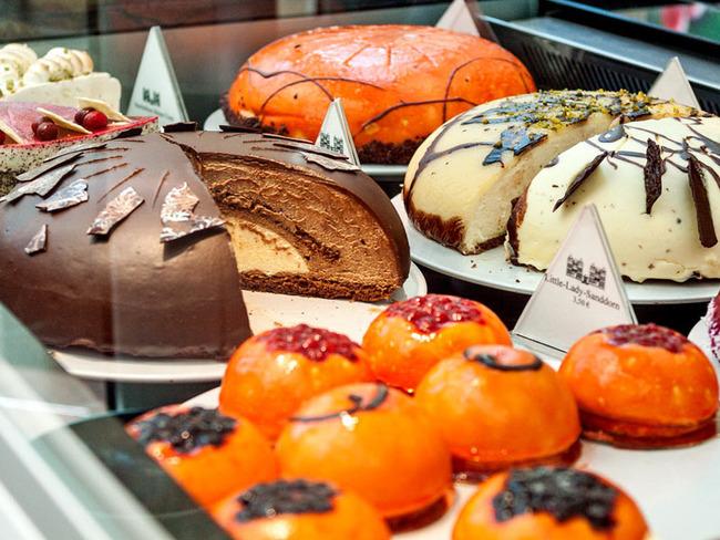 köstliche hausgebackene Conditorei-Torten in der Kühlvitrine