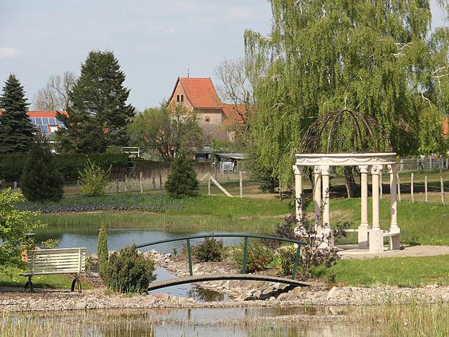 See mit Pavillon am Ufer
