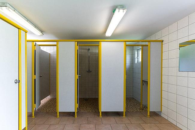 Duschen im Sanitärgebäude