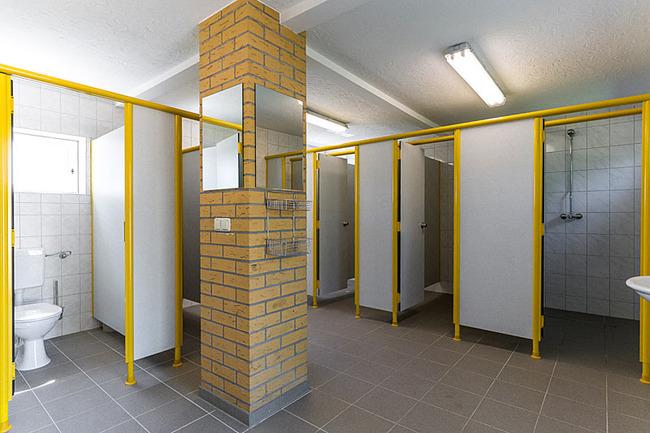 Toiletten und Duschen im Sanitärgebäude