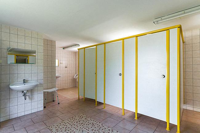 Toiletten im Sanitärgebäude