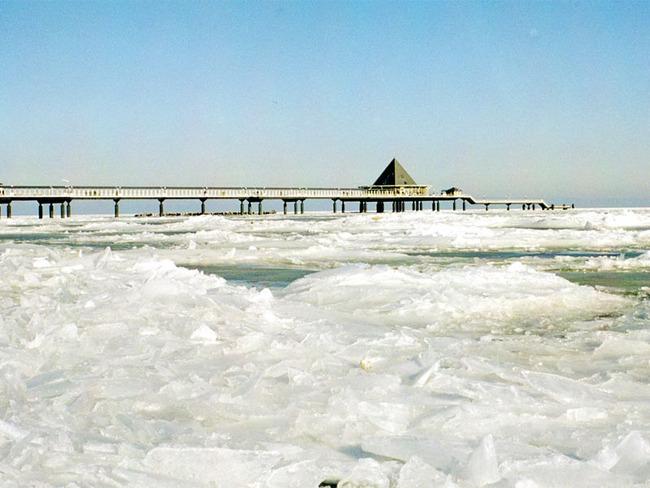 mit Eis bedeckte Ostsee und die Seebrücke Ahlbeck