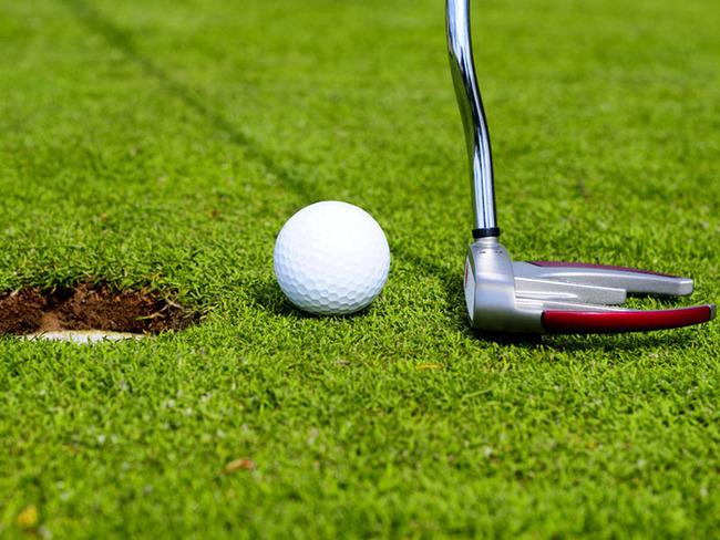 auf dem Golfplatz mit Golfschläger und Golfball