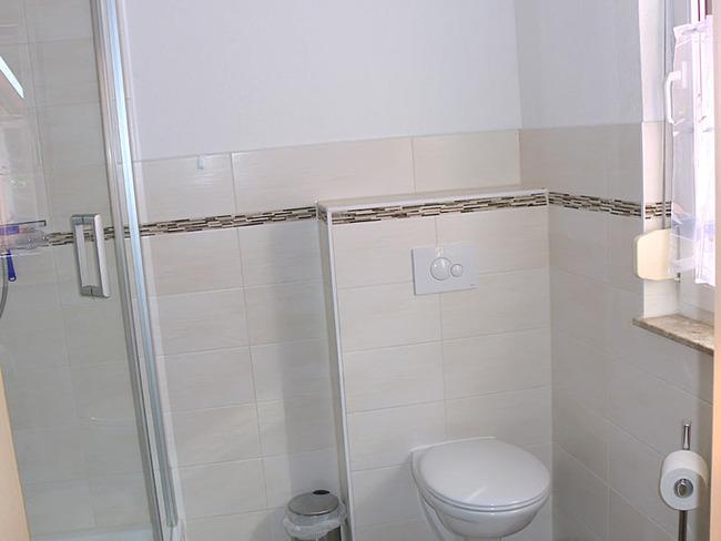 Ferienhaus Bad mit Dusche und Toilette