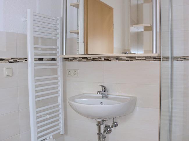 Ferienhaus Bad mit Waschbecken und Handtuchtrockner