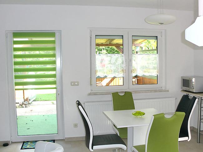 Ferienhaus Küche mit Tür zur Terrasse