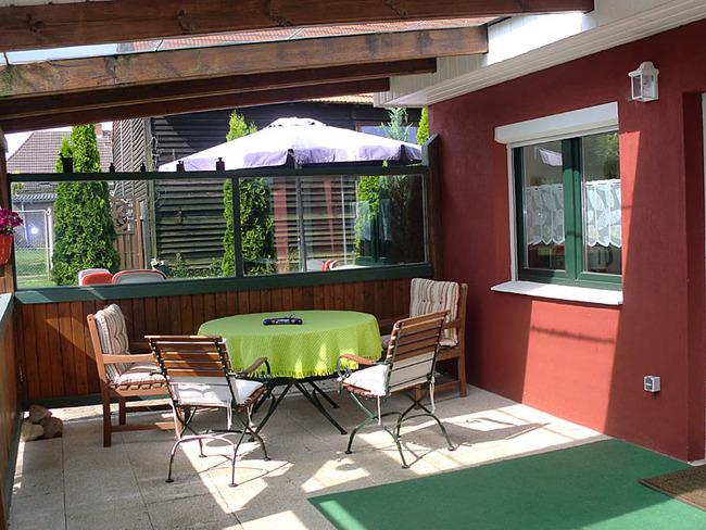 Ferienhaus überdachte Terrrasse mit Sitzecke