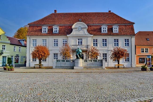 Außenansicht vom Museum mit Statur von Fritz Reuter davor