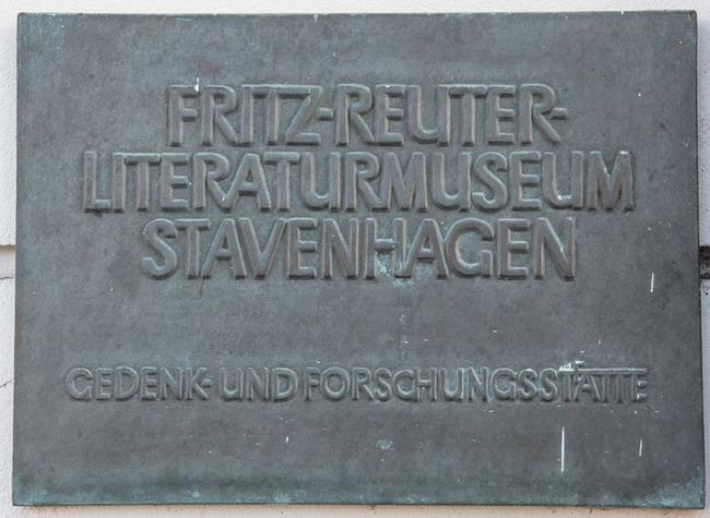 Hinweistafel vom Fritz-Reuter-Literaturmuseum Stavenhagen