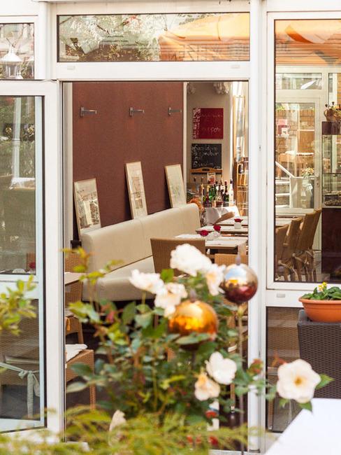 Blick vom Innenhof in den Wintergarten vom Café