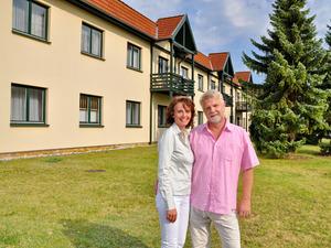 Gastgeber Antje Zscherpe und Jörg Broscheit auf der Wiese vor dem Hotel