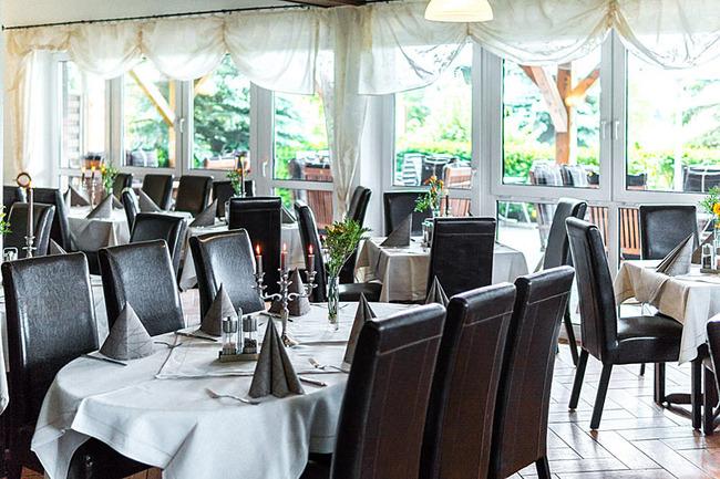 Restaurant mit dekorierten Tischen