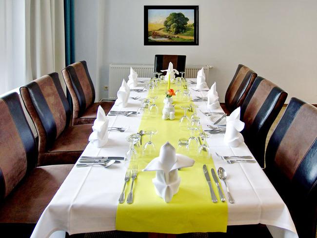 gedeckte Speisetafel für 8 Gäste im Restaurant
