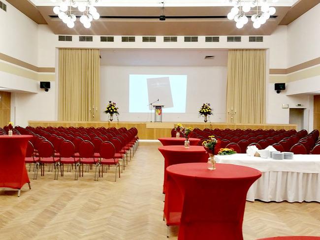 großer Saal für bis zu 200 Personenmit Bühne, Leinwand und Redepult für eine Tagung oder ein Seminar