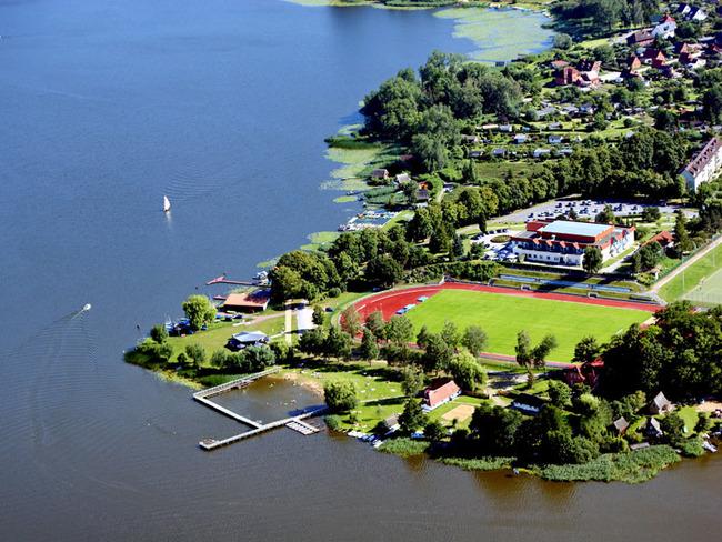 Luftansicht vom Hotel, Campingplatz mit Liegewiese und Badestelle