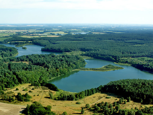 Luftansicht der Oberen Seenplatte mit mehreren Seen und Wäldern