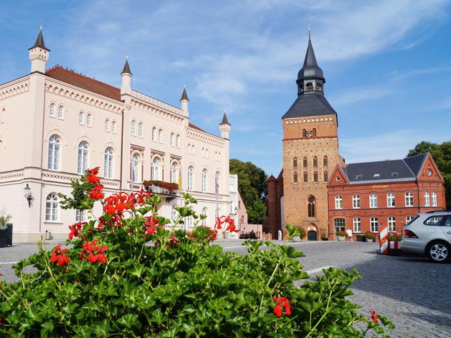 Marktplatz mit Rathaus und Stadtkirche St. Maria und St. Nikolaus in Sternberg