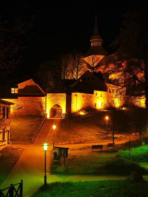 Stadtkirche St. Maria und St. Nikolaus in Sternberg bei Nacht