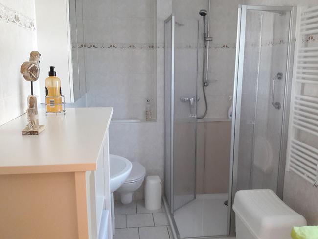 Ferienhaus Duschbad mit WC und Waschmaschine