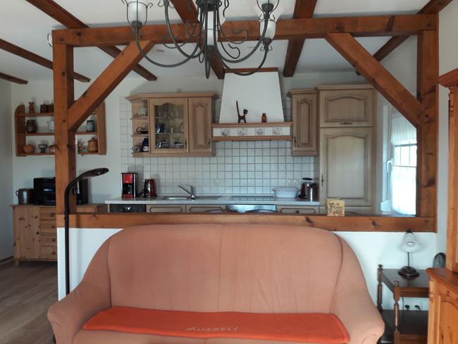 Ferienhaus Küchenzeile mit Eßplatz abgeteilt vom Wohnraum