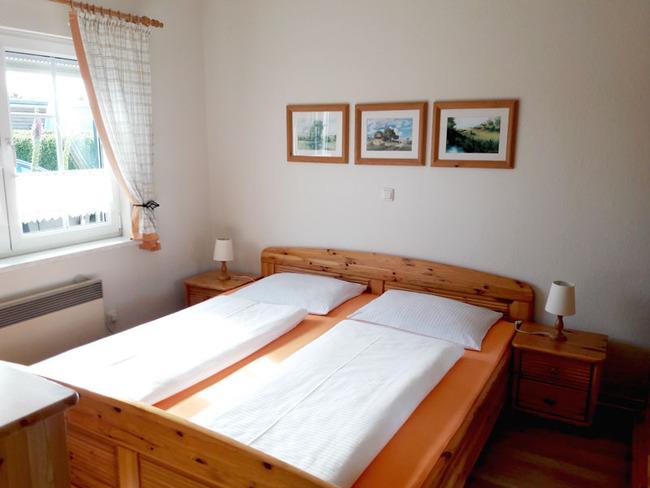 Ferienhaus Schlafzimmer mit Doppelbett (1,80m breit)