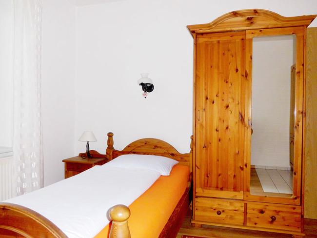App. 15m² - Einzelbett (1,00m breit) und Kleiderschank