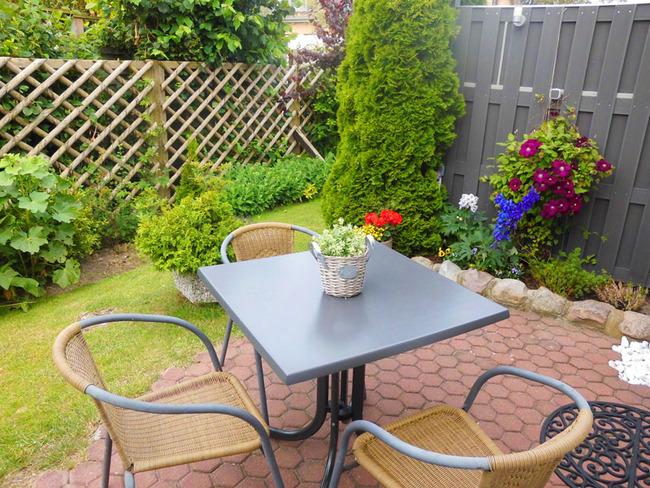 App. 20m² - gemütliche Terrasse mit Sitzgelegenheiten für 3 Personen