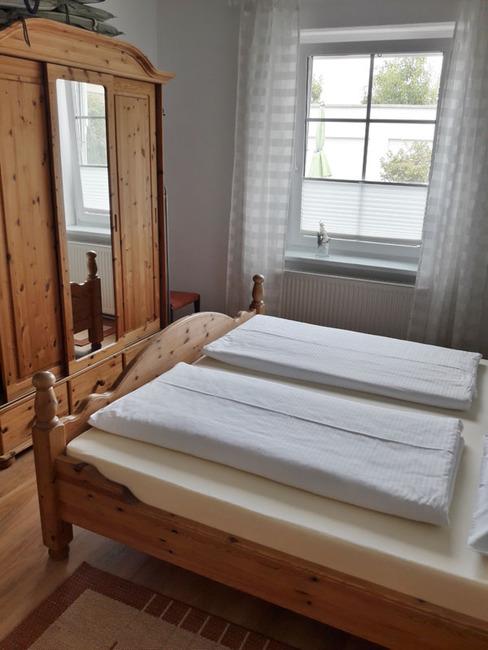 App. 34m² - Schlafraum mit Doppelbett und Kleiderschrank