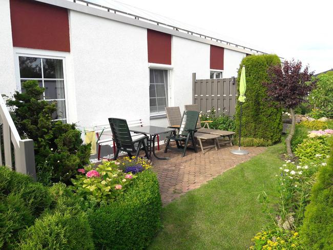 App. 34m² - großzüge Terrasse mit Sitzgelegenheiten im Garten