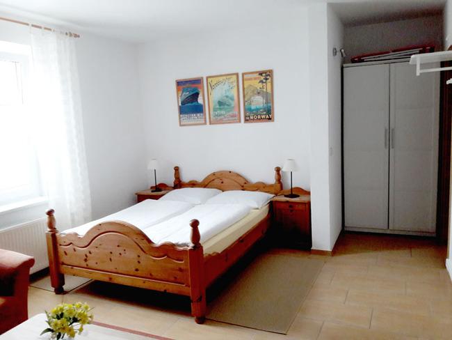 App. 25m² - Doppelbett (1,40m breit) und Kleiderschrank