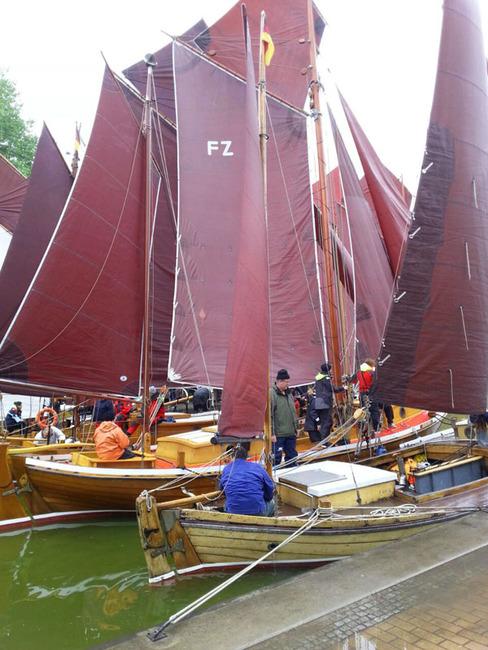 Zeesenboote im Hafen mit den typischen weinroten Segeln