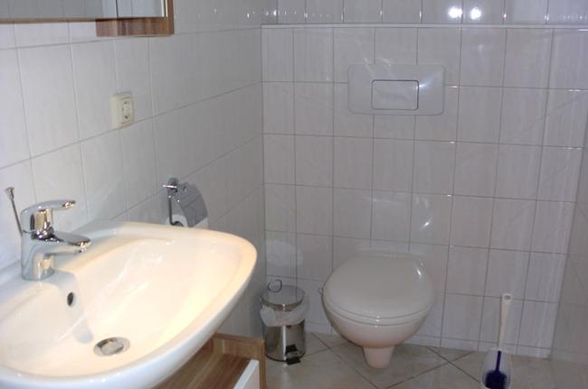 Badezimmer mit WC und Waschbecken