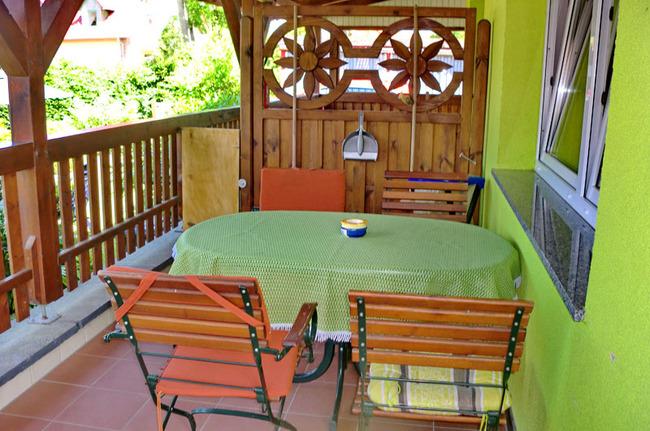 Terrasse und Sitzgelegenheiten für 4 Personen