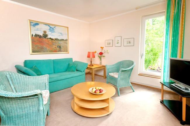 gemütlich eingerichtes Wohnzimmer mit Flat-TV