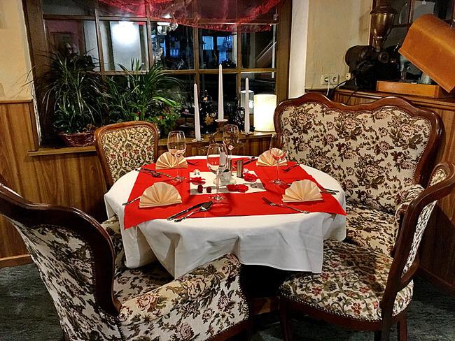 sehr gemütliche Lieblingsecke mit rundem Tisch und Sessel