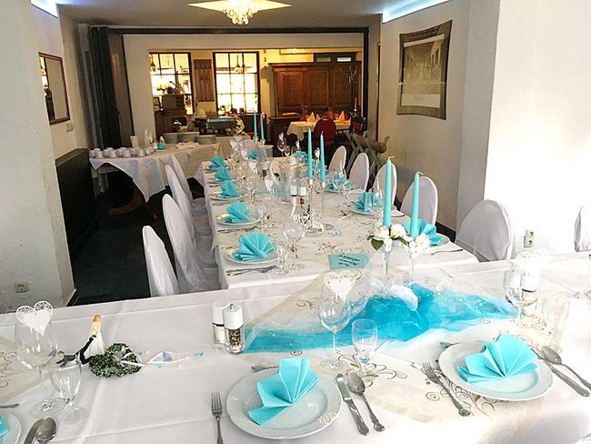 festlich dekorierte Hochzeitstafel im Salon