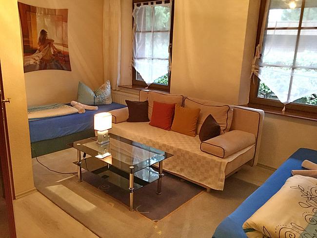 Zimmer Nr. 9 mit zwei Betten und Couch